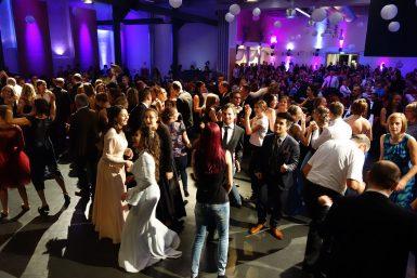 Maturaball mit der Band So Good: volle Tanzfläche am Maturaball der HAK Lambach