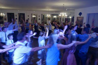 Polonaie auf der Tanzfläche bei einer Hochzeitsparty
