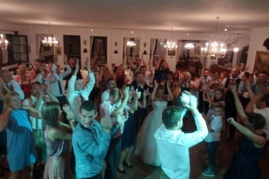 Volle Tanzfläche bei der Firmenfeier - Musik mit unserem DJ Service nach dem Auftritt der Liveband