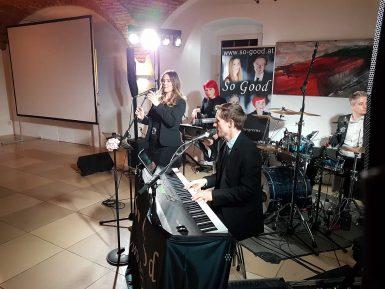 Auftritt der Liveband So Good auf einer kleineren Bühne