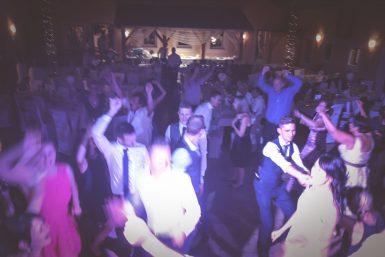 Volle Tanzfläche und Partystimmung beim Mitarbeiterfest